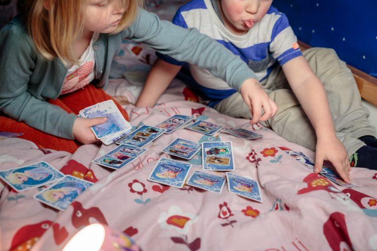 Due bambini che giocano con Disney giochi di carte fatte da Cartamundi per Mondadori